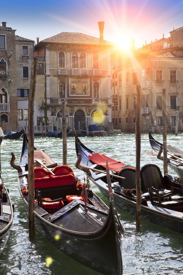 在渠道和长平底船,威尼斯,意大利的日落 免版税图库摄影