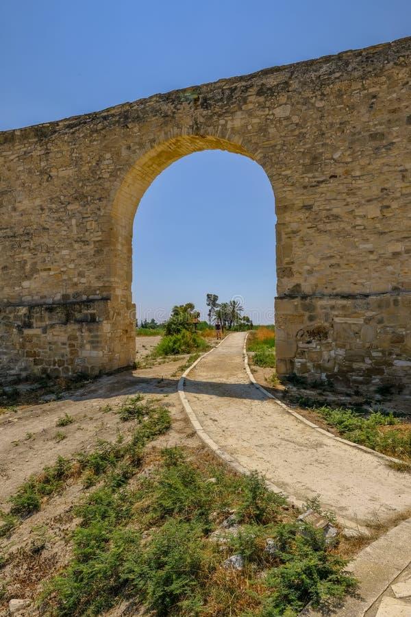 在渡槽的唯一曲拱在拉纳卡,塞浦路斯 免版税库存图片
