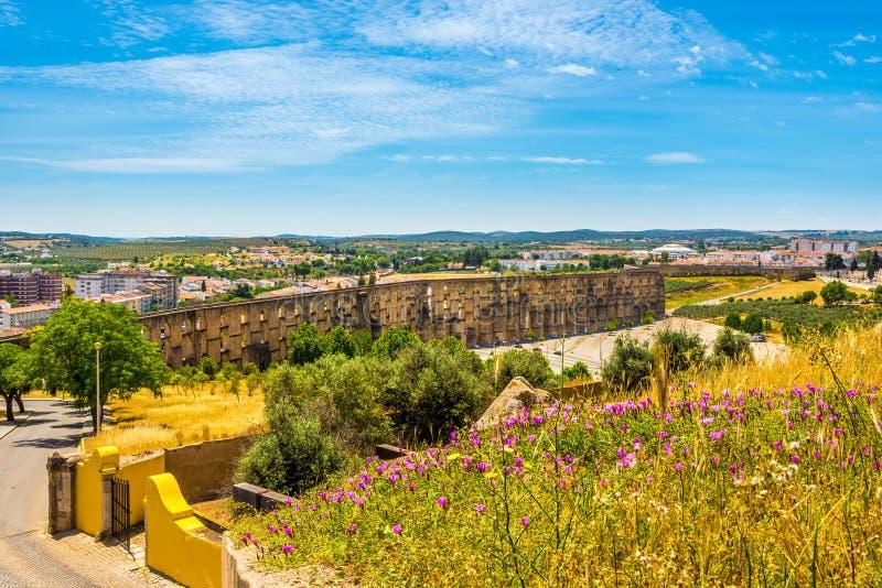 在渡槽的看法从Elvas -葡萄牙的墙壁 免版税库存照片