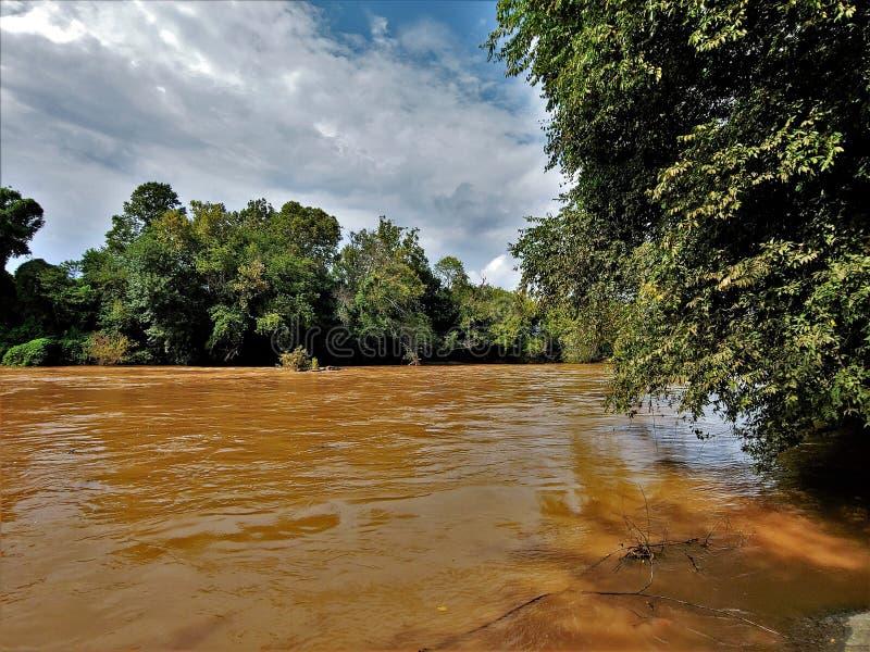 在温斯顿萨兰姆,北卡罗来纳附近的Yadkin河 免版税图库摄影