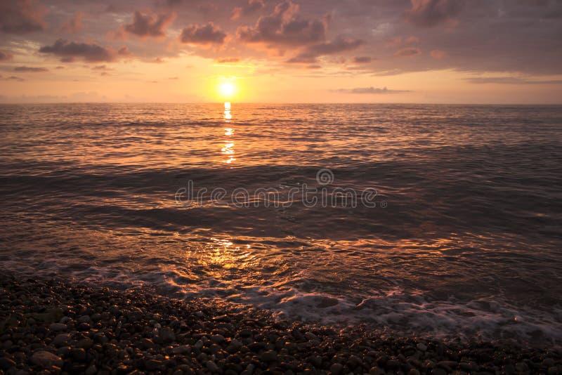 在温暖的海的美好的夏天日落 免版税库存图片