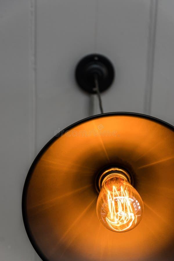 在温暖的电灯泡里面的细丝 免版税图库摄影