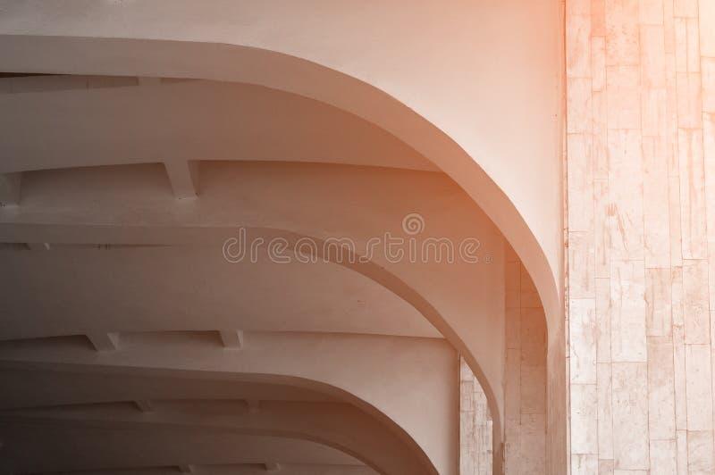 在温暖的阳光下的有圆顶石天花板 建筑学最低纲领派背景 库存图片