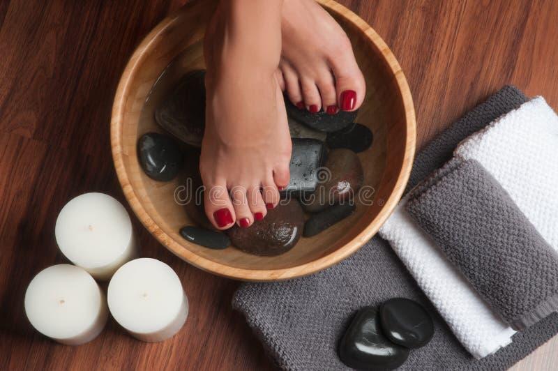 在温泉修脚做法的被修剪的女性脚 免版税库存图片