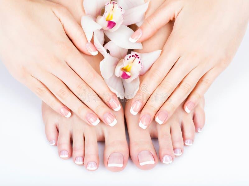 在温泉沙龙的女性脚在修脚和修指甲做法 免版税库存图片