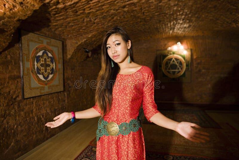 在温泉沙龙,打手势欢迎的手holl的秀丽亚洲女孩问候  库存照片