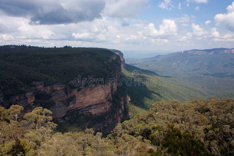 在温特沃斯瀑布附近的峭壁在蓝山山脉在澳大利亚 免版税图库摄影