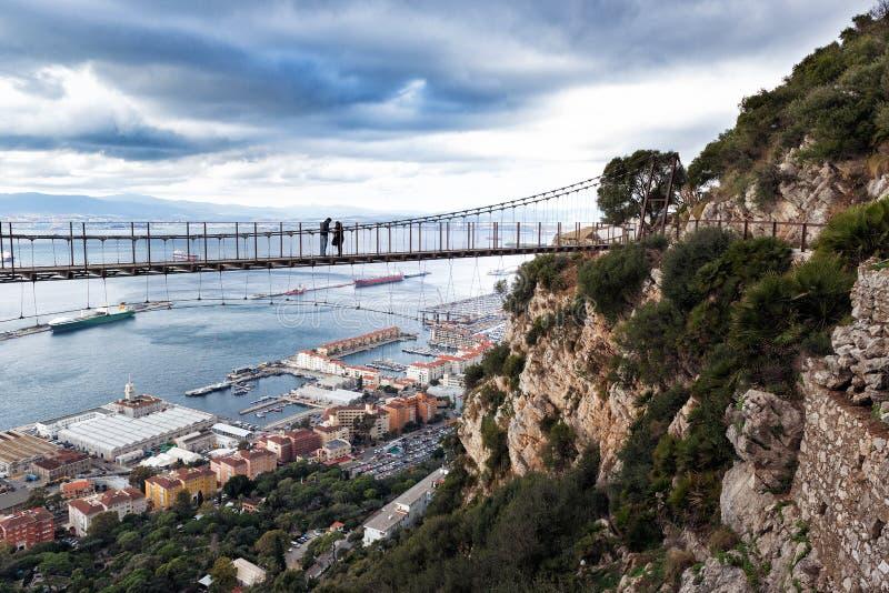 在温莎桥梁-直布罗陀` s位于上部岩石的吊桥的全景 直布罗陀 免版税图库摄影