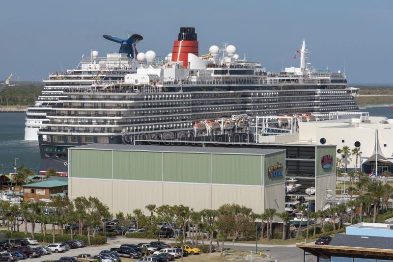 在港卡纳维拉尔,佛罗里达美国的游轮 库存照片