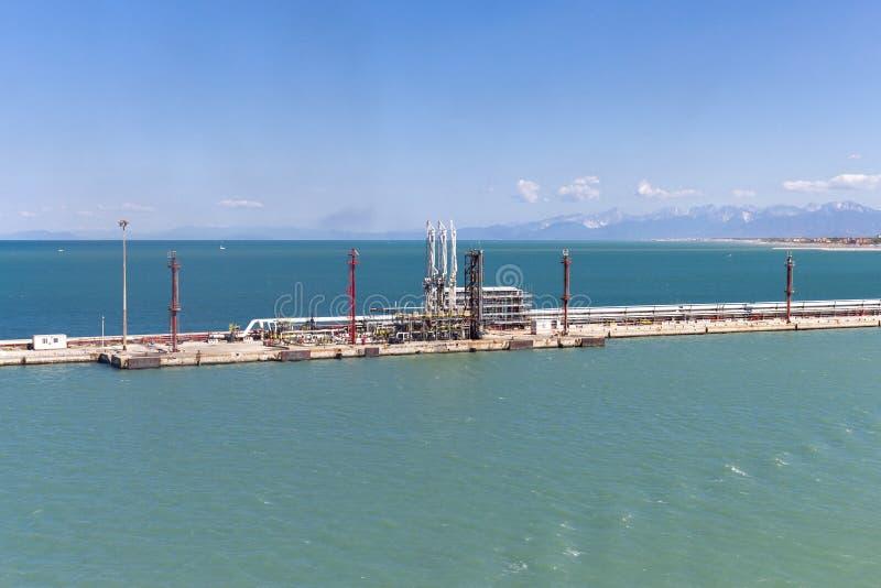在港口上油邮轮船的装货和放电驻地 免版税图库摄影