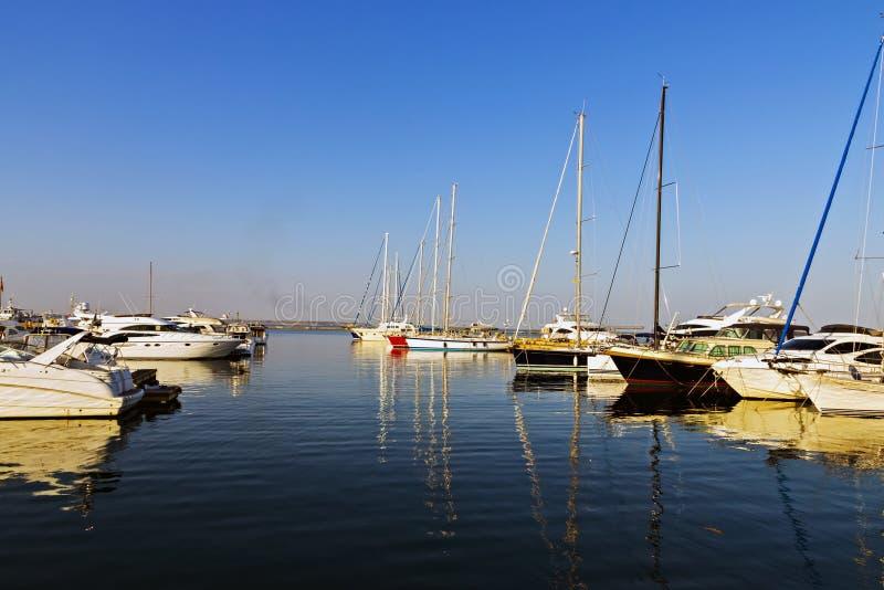 在港口停住的游艇船 库存照片