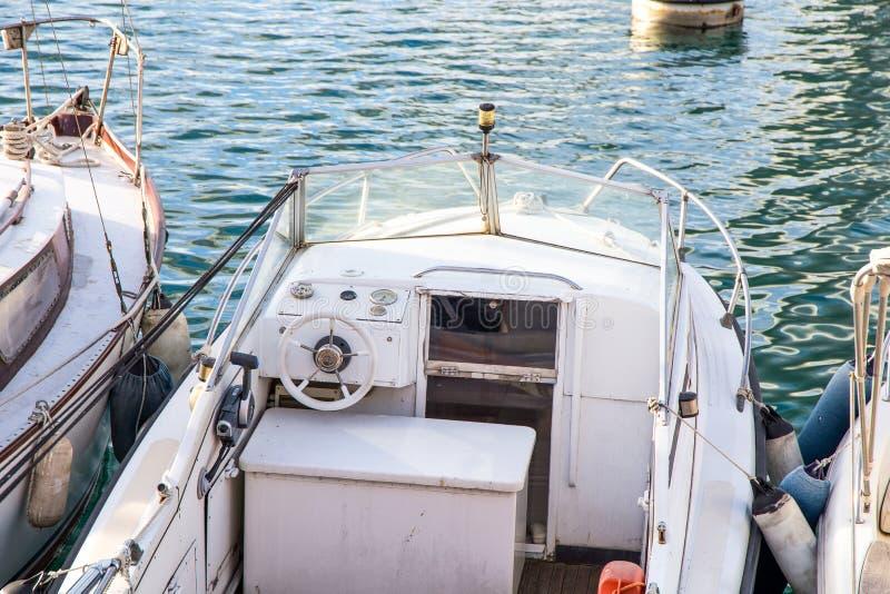 在港口停住的白色汽艇 免版税库存图片