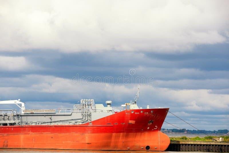 在港口停泊的巨大的红色罐车 免版税库存图片