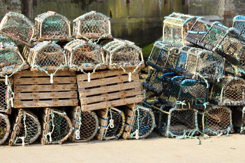 在港口墙壁上的虾笼在Staithes,约克夏,英国 库存照片