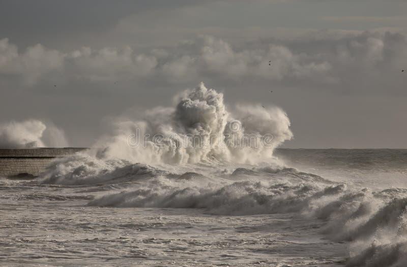 在港口墙壁的大波浪 库存照片