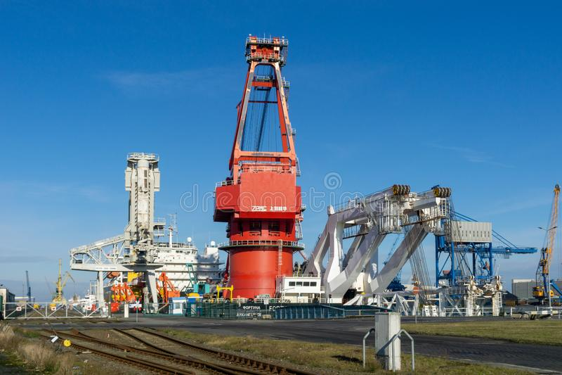 在港口或口岸的船起重机 免版税库存照片
