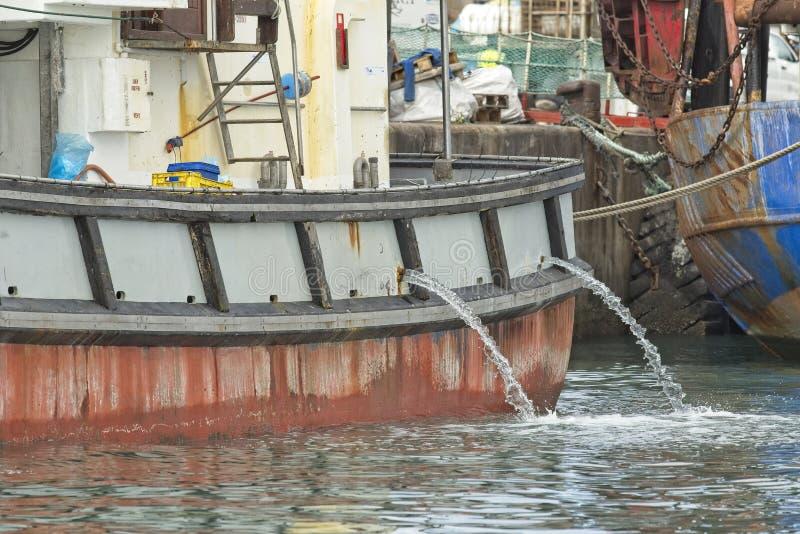 在港口或船停泊的老渔船 免版税库存图片