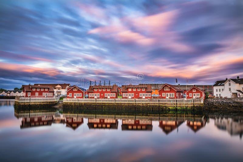 在港口房子在Svolvaer, Lofoten海岛,挪威的日落 免版税图库摄影