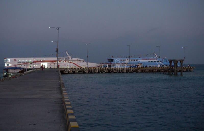 在港口甲板的速度船早晨海视图的 图库摄影