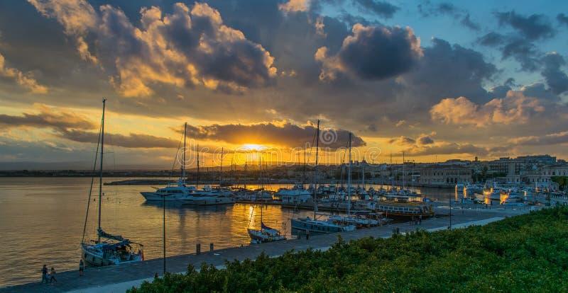 在港口的美好的日落,西勒鸠斯,意大利,西西里岛 免版税库存照片