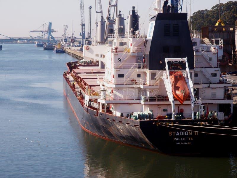 在港口的谷物船 免版税图库摄影