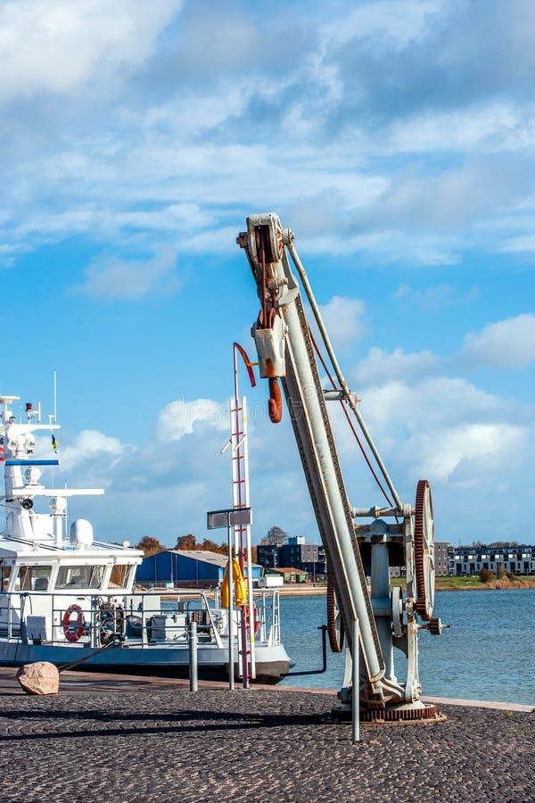 在港口的运输起重机 免版税库存照片