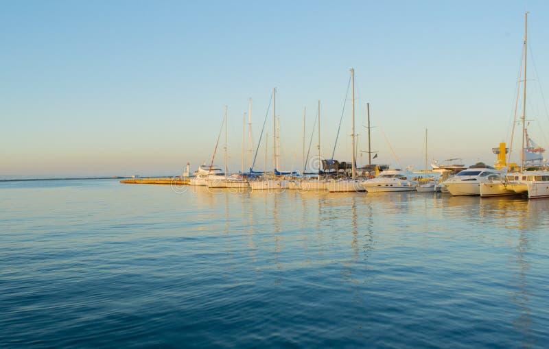 在港口破晓在与游艇的停泊处 库存照片