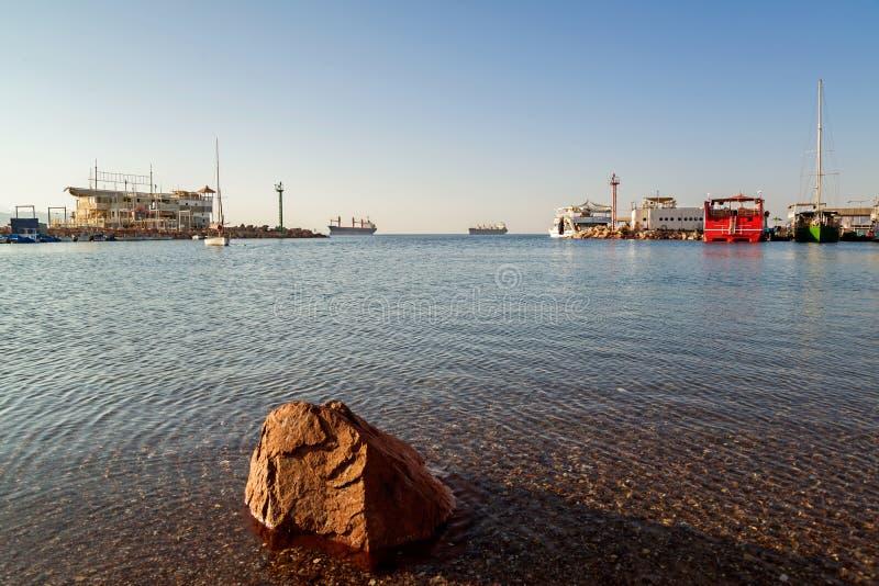 在港口背景的岩石 图库摄影