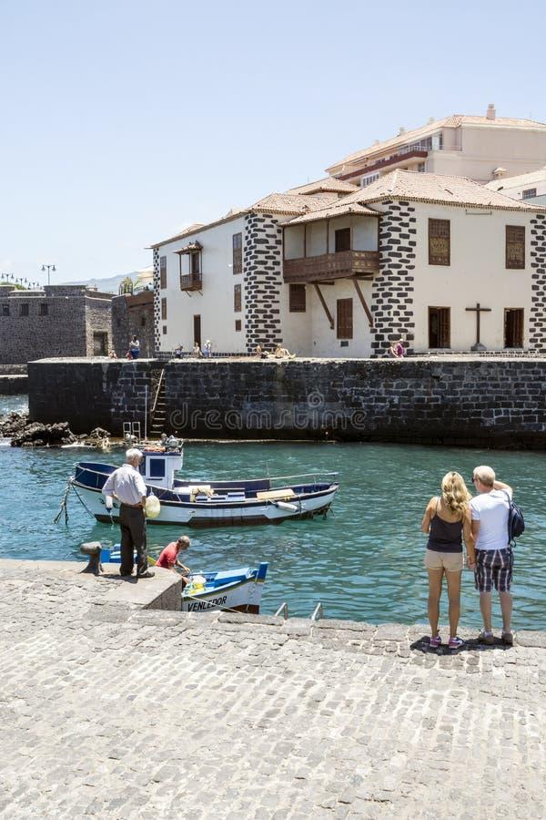 在港口附近的人们 免版税图库摄影