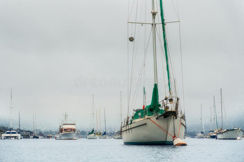 在港口靠码头的帆船 有雾的阴暗天,大海,宁静场面 免版税库存照片