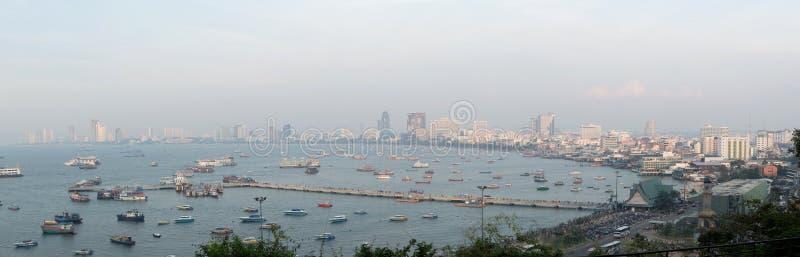 在港口,烟雾的芭达亚现代市前面的壮观的海从风景点在日落时间 免版税库存图片