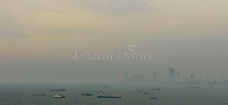 在港口,烟雾的芭达亚现代市前面的壮观的海从风景点在日落时间 免版税库存照片