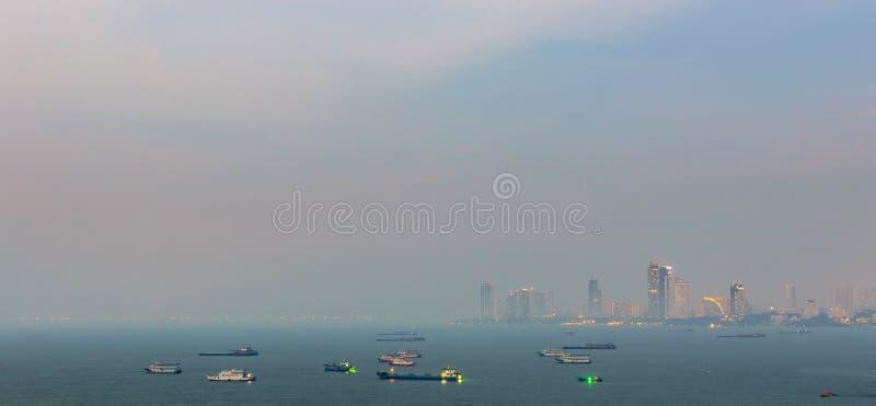 在港口,烟雾的芭达亚现代市前面的壮观的海从风景点在日落时间 库存图片