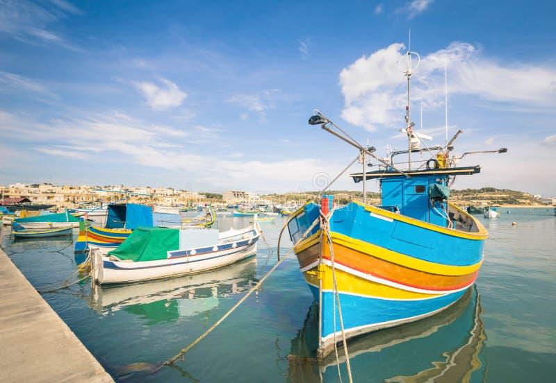 在港口Marsaxlokk的五颜六色的典型的小船在马耳他 免版税库存图片