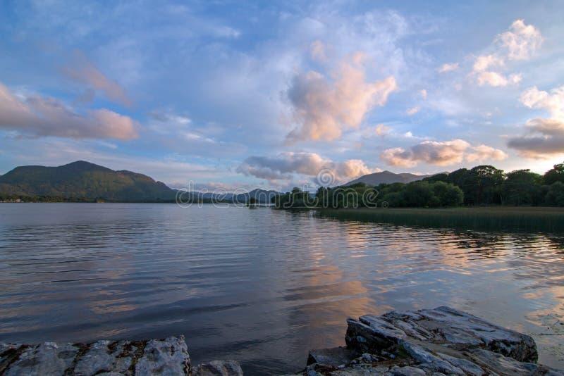 在港湾Leane湖Leane的爱尔兰暮色日落凯利圆环的在基拉尼爱尔兰 免版税库存图片