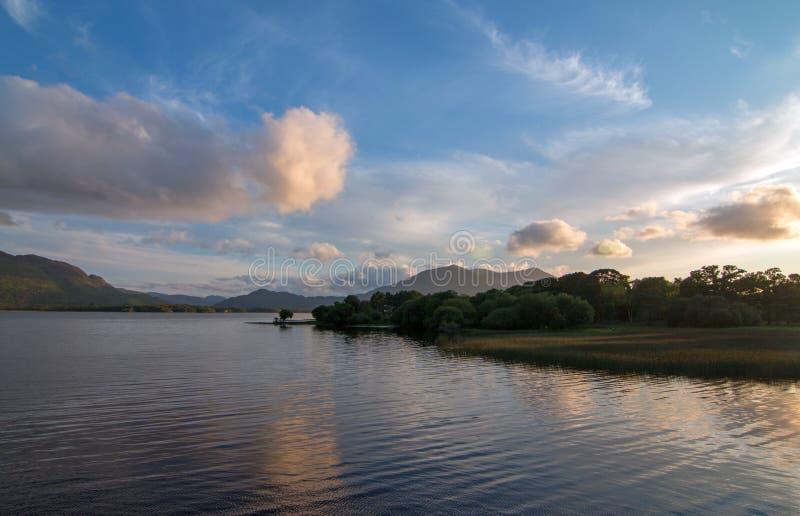 在港湾Leane的暮色日落在凯利圆环在基拉尼爱尔兰 图库摄影