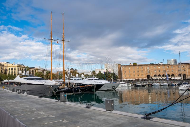 在港Vell小游艇船坞,巴塞罗那,西班牙的豪华游艇 免版税图库摄影