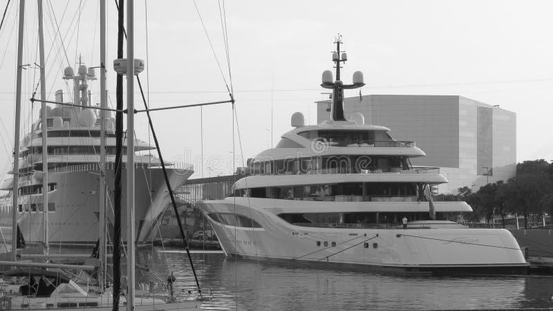在港Vell,巴塞罗那的场面 大游艇 免版税图库摄影