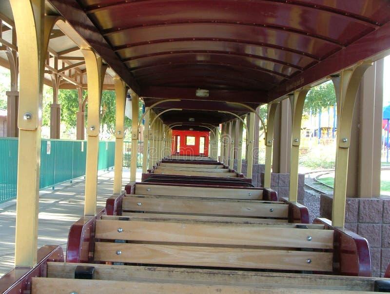 在游乐园家庭铁路乘驾的开放列车车箱 库存照片