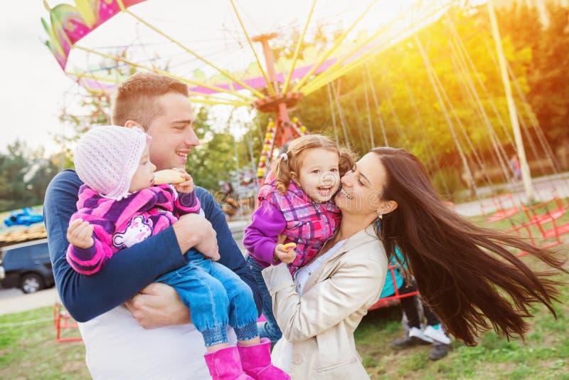 在游乐园的家庭 免版税图库摄影