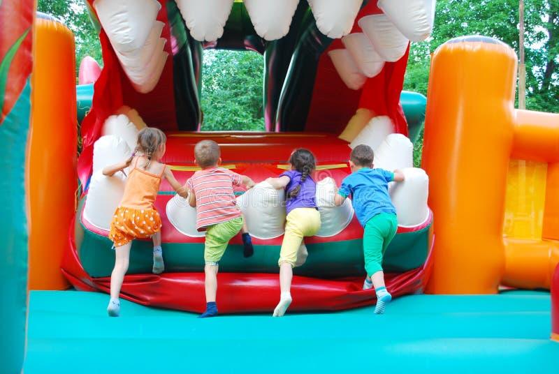 在游乐园,孩子的可膨胀的幻灯片上升。 库存图片