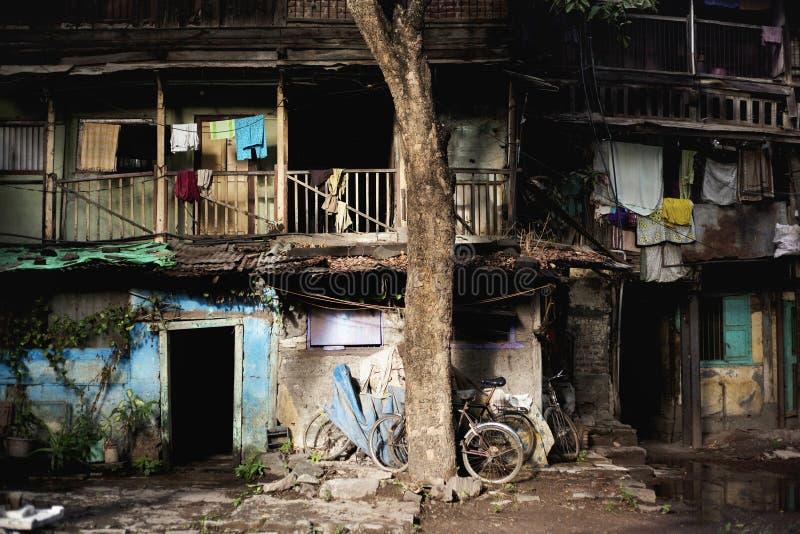 在游廊的人身分在老大厦在浦那,印度的瓦多斯 免版税库存照片