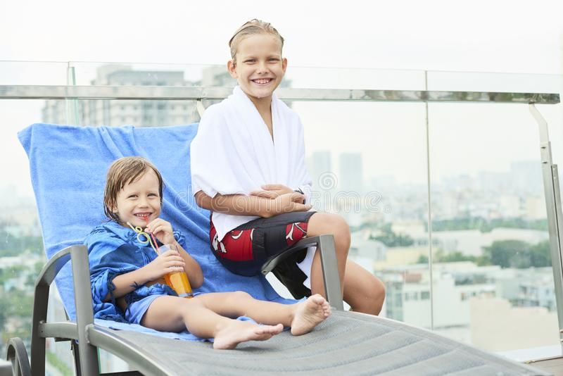 在游泳以后的愉快的孩子 免版税库存图片