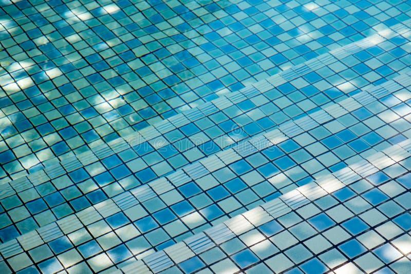在游泳场的台阶,蓝色瓦片构造了 免版税库存照片