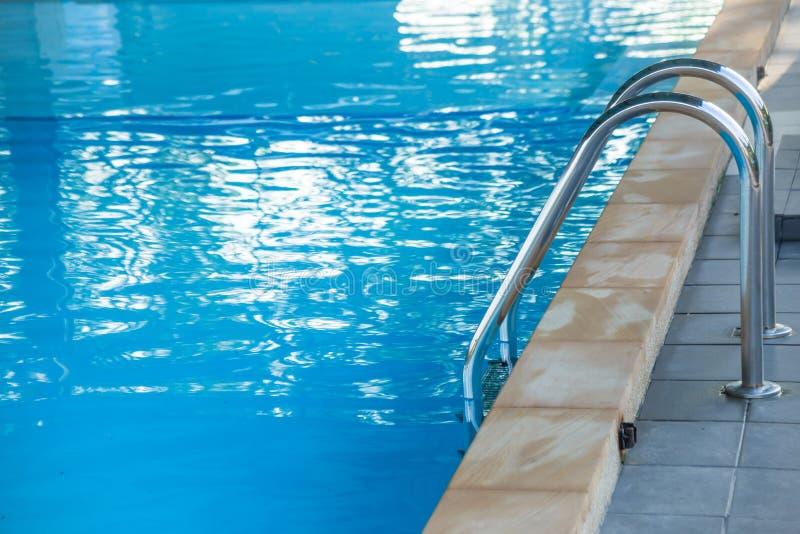 在游泳场的起波纹的水细节 库存图片