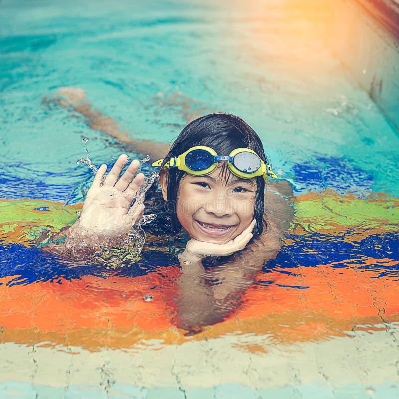 在游泳池的亚洲女孩游泳 图库摄影