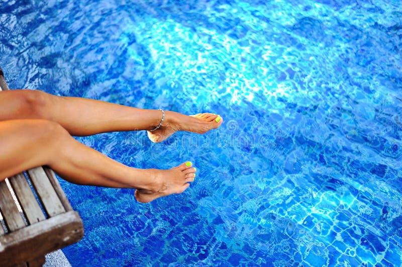 在游泳池的妇女腿 职业&放松 库存图片