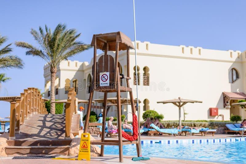 在游泳池的救护设备或监视椅子 免版税库存图片