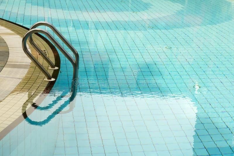 在游泳池的水 免版税图库摄影