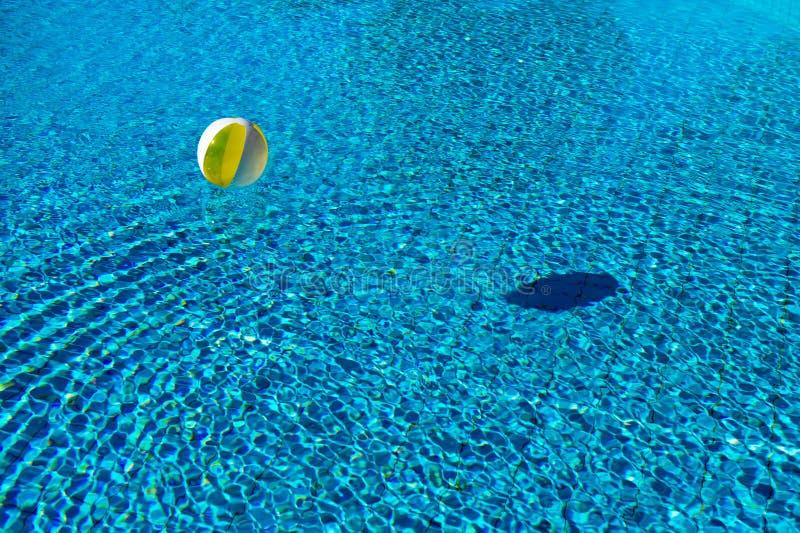 在游泳池的浮球 免版税库存图片